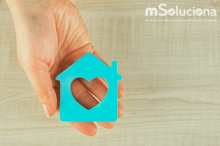 Los beneficios de contar con un cuidador profesional en ayuda a domicilio